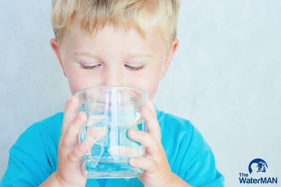 Lượng nước trong cơ thể trẻ em lớn hơn người cao tuổi nên bù nước thật sự quan trọng