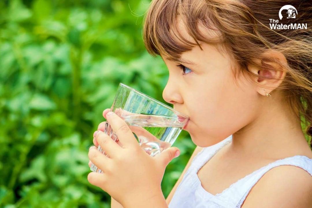 Bố mẹ không nên thay thế hoàn toàn nước tinh khiết bằng những thức uống khác