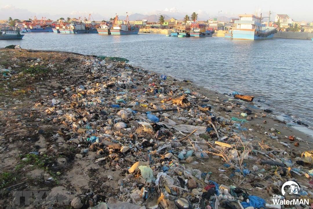 Ô nhiễm nước do việc xả thải của con người