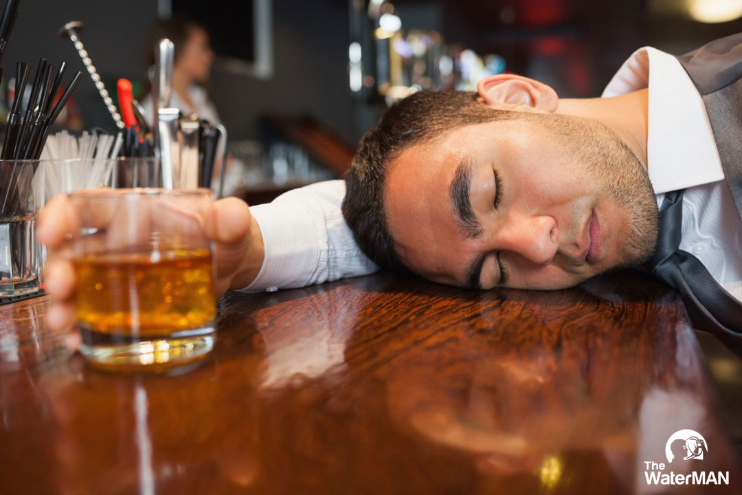 Uống nhiều rượu có thể gây nên tình trạng ngộ độc với các biểu hiện: mất tỉnh táo, nói sảng, nhức đầu..