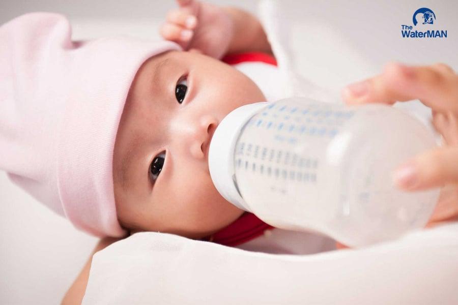 Sữa mẹ hay sữa công thức đều chứa lượng dinh dưỡng, khoáng chất ổn định, phù hợp với thể trạng của trẻ
