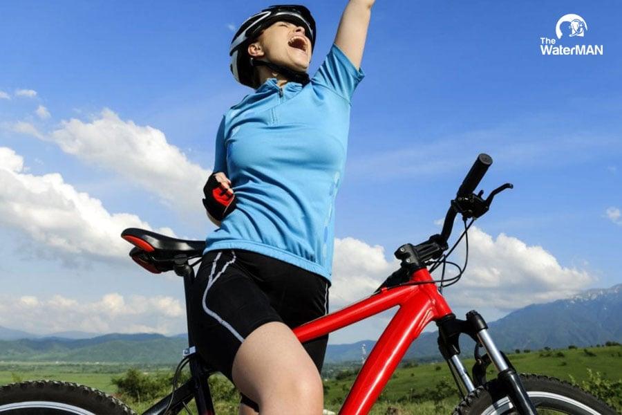 Thường xuyên bổ sung nước khi đạp xe hỗ trợ làm tăng sự dẻo dai, bền bỉ của vận động viên