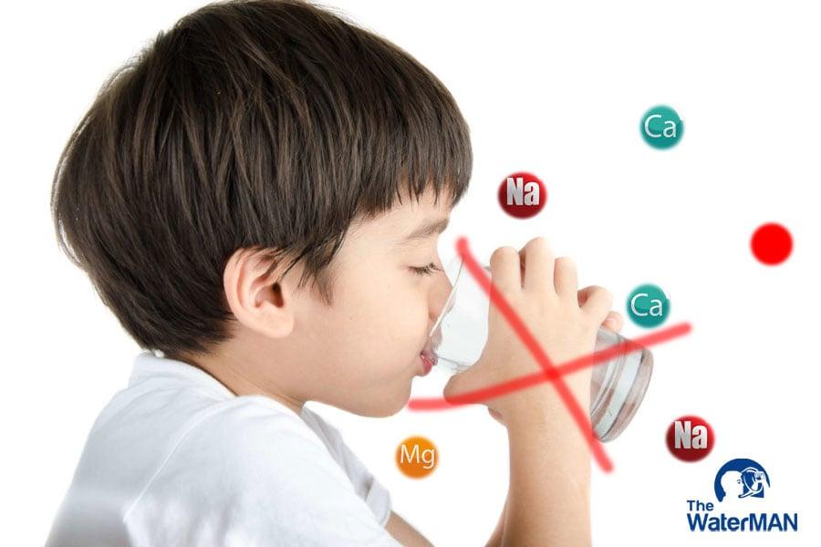 Thận của trẻ có thể phát triển chưa đồng nhất nên việc uống nước khoáng thường xuyên có thể gây ra dư thừa khoáng và những bệnh lý về thận