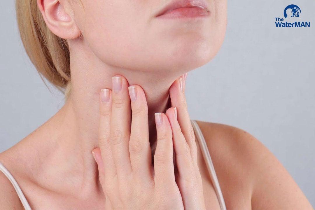 Uống nước có thể giảm đau họng