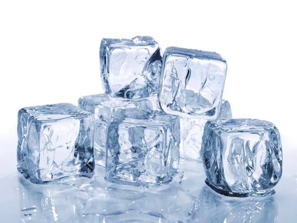 Nước lạnh từ 2 đến 10° C làm các mạch máu trong miệng, thực quản, dạ dày bị co lại