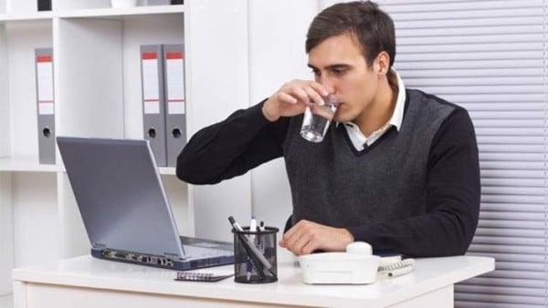 uống nước ở văn phòng
