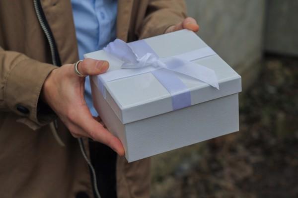 NgườiChile thì họ sẽ nhận quà ngay và mở ra ngay lập tức