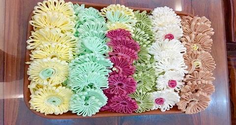 Mứt dừa hoa cúc từ màu thiên nhiên tạo hình mới lạ