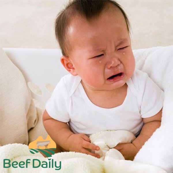 bé bị giun sán do ăn uống không đảm bảo