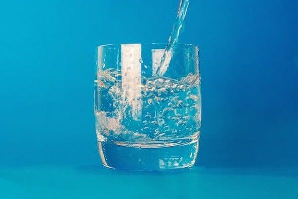 pha nước muối súc miệng.jpg
