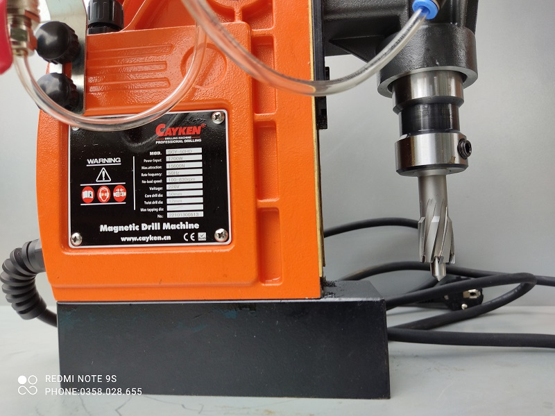 Máy khoan từ SCY-50HD lắp mũi khoan từ