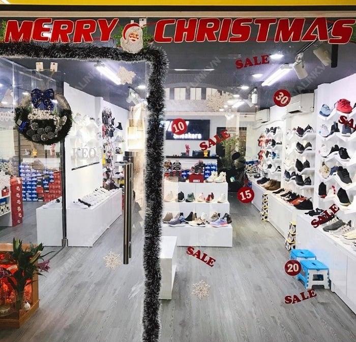 Bên cạnh không gian rộng rãi thì NLH Sneaker chuyên giày thể thao nam nữ chính hãng còn có nhiều chương trình ưu đãi tốt.
