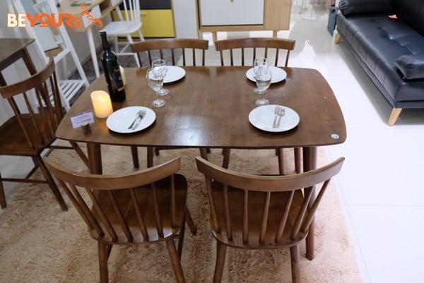 Đây là mẫu bàn ăn sang trọng dành cho phong cách nội thất hiện đại.