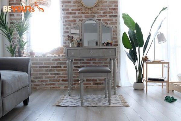 Bàn trang điểm Glam dressing table có màu xám nên dễ dàng bài trí trong không gian