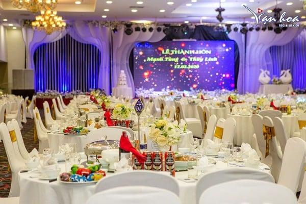 Bàn tiệc tại trung tâm tiệc cưới Vạn Hoa