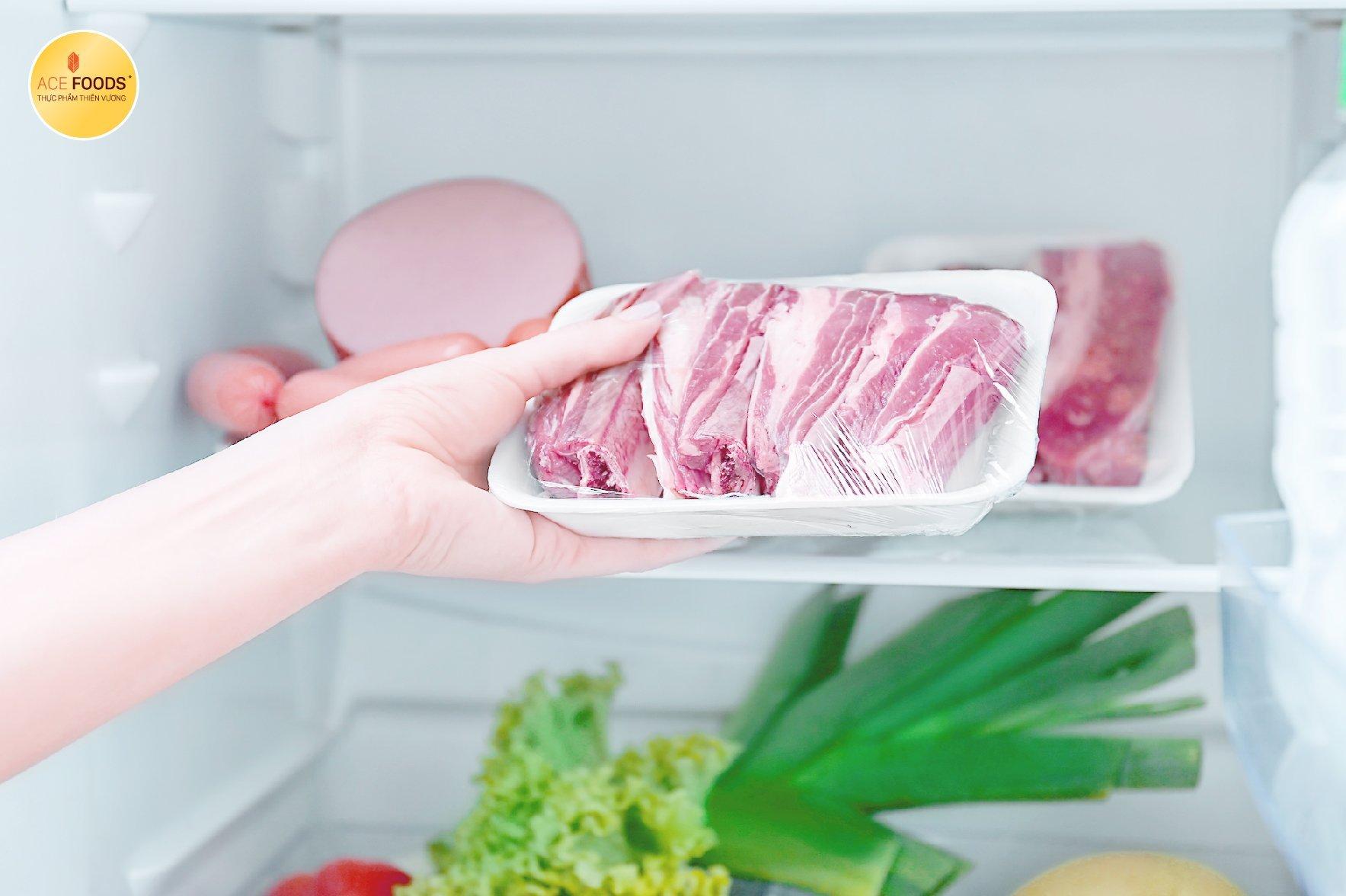 Bảo quản thịt heo đã ướp trong ngăn mát tủ lạnh nên chia thành các gói nhỏ và bọc màng kín