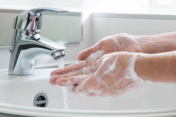 Rửa tay sạch trước khi nhỏ mắt