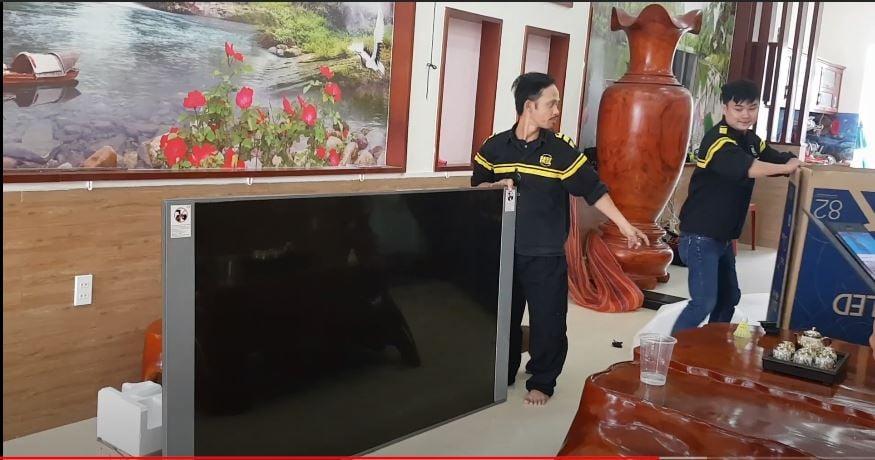 Hậu trường giao lắp TV 82 INCH vợ chồng Anh Đạt chị Thảo Q12